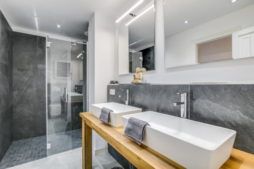 Schönes Badezimmer mit ebenerdiger Dusche