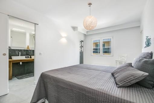 Schlafzimmer mit en Suite Badezimmer