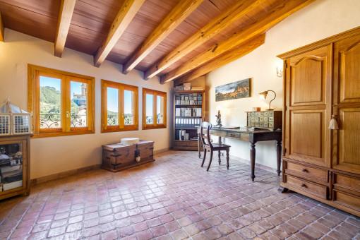 Einzigartiges Büro mit Holzelementen und Dachschräge