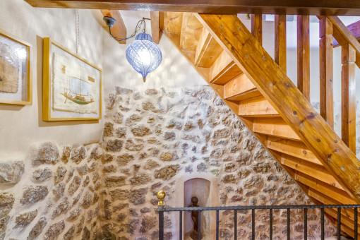 Ansicht der Treppe und Steinwände