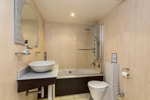 Das zweite Badezimmer mit Badewanne