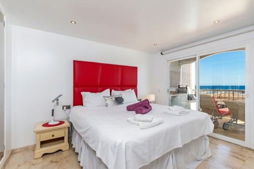 Das Schlafzimmer bietet Zugang zur Terrasse