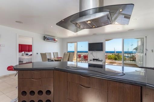 Moderne Küche mit Meerblick