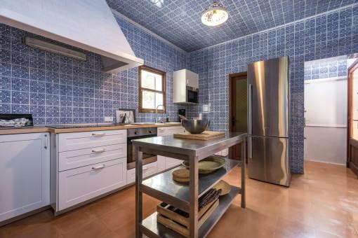Alternative Ansicht der ausgestatteten Küche