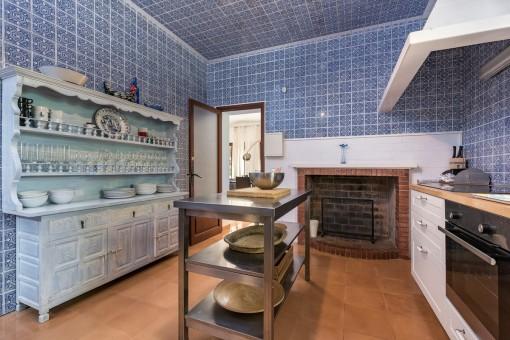 Authentische Küche mit Kamin