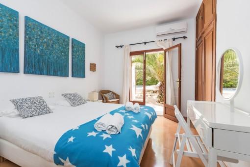Schlafzimmer mit direkten Zugang zum Außenbereich