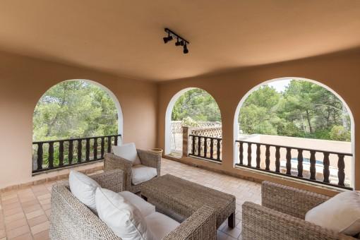 Überdachter Loungebereich im Obergeschoss