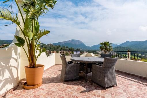 Terrasse mit Essbereich und herrlichen Ausblick