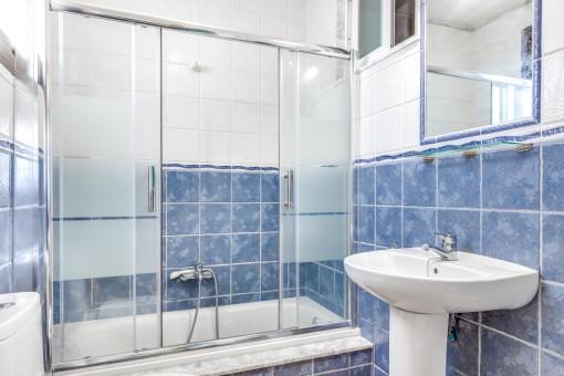 Eines von insgesamt 2 Badezimmern