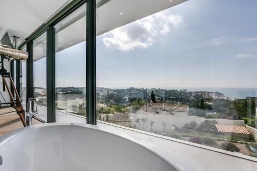 Einladende Badewanne mit Landschaftsblick