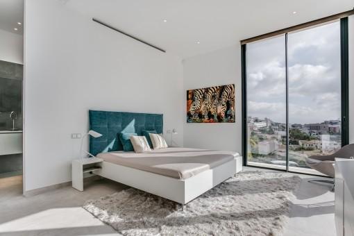Gemütliches Hauptschlafzimmer mit Badezimmer en Suite
