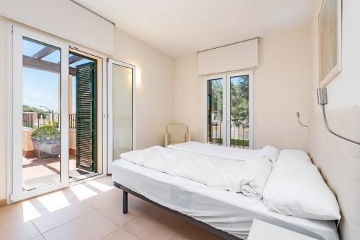 Hautpschlafzimmer mit Zugang zum Balkon