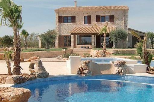 Idyllische, typisch mallorquinische Finca mit besonderem Poolbereich in Santanyi