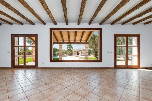 Heller Wohnbereich mit Panoramafenster