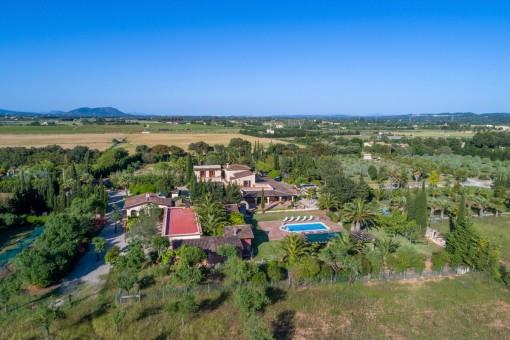 Hochwertige Finca mit 40.000 qm Grundstück, Palmengarten, Pool und Vermietungslizenz in Binissalem
