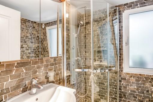 Schönes Badezimmer mit Natursteinwand