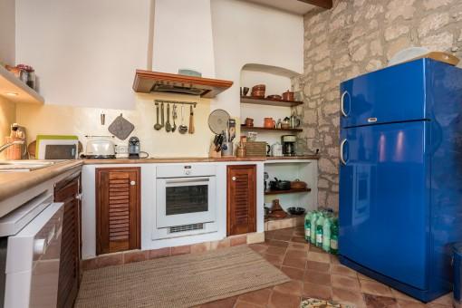 Außergewöhnlicher, blauer Kühlschrank der Küche