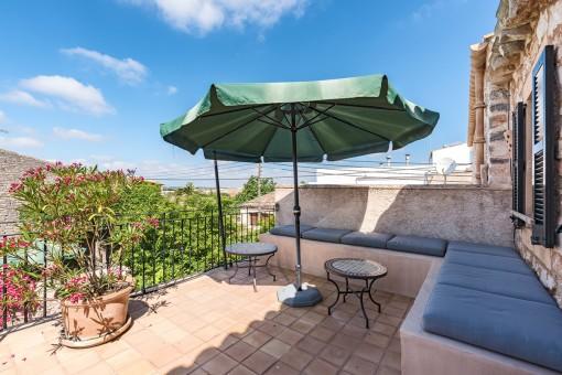 Einladender Chill-out Bereich auf dem Balkon