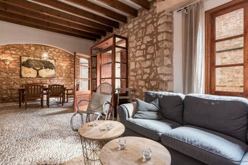 Lounge Bereich mit gemütlichen Sofas