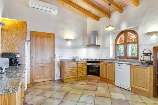 Offene und voll ausgestattete Küche
