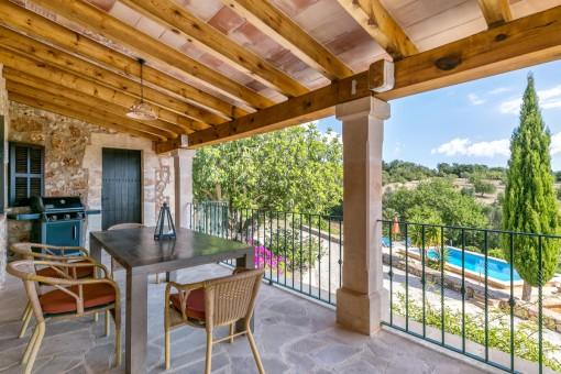 Schöne Terrasse mit Essbereich und Blick auf den Poolbereich