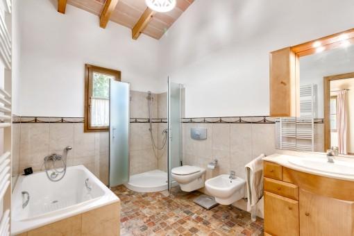 Großzügiges Badezimmer mit Badewanne und Dusche