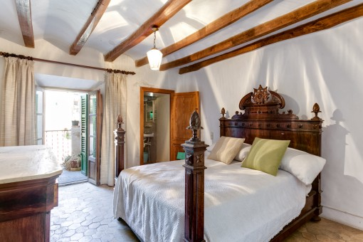 Doppelschlafzimmer mit Holzelementen und Terrasse