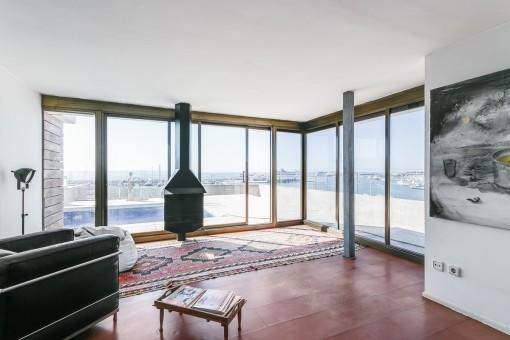 Kleiner Loungebereich mit Kamin