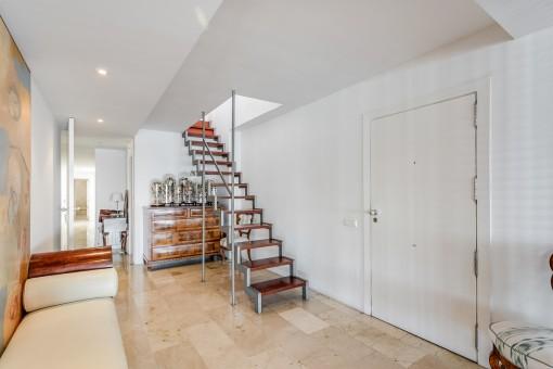Elegante Treppe zur oberen Etage