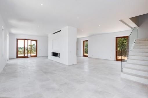 Offenener Wohnbereich und Treppenaufgang in das obere Stockwerk