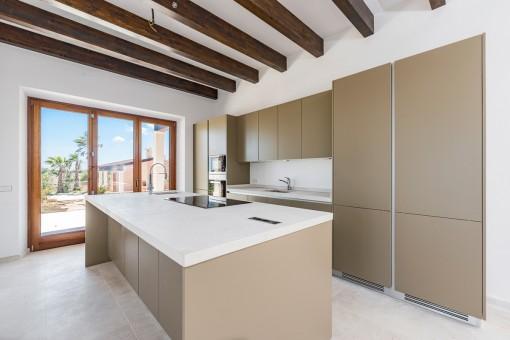Voll ausgestattete Küche mit Holzdeckenbalken