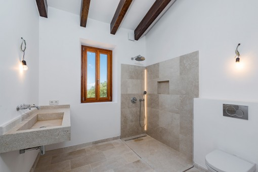 Helles Badezimmer mit Holzdeckenbalken