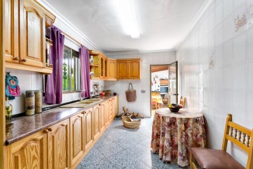 Hauptküche mit Zugang zur Sommerküche