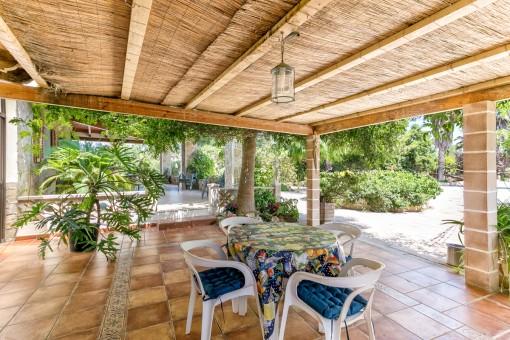 Überdachte Terrasse mit herrlichen Ambiente