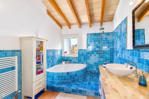 Wundervolles en Suite Badezimmer mit blauen Fliesen