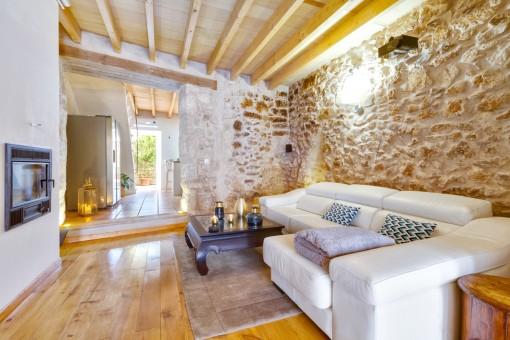 Gemütlicher Wohnbereich mit Natursteinwand
