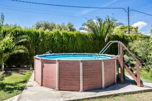Gepflegter Pool im Garten der Immobilie