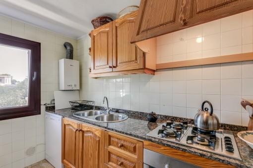 Voll ausgestattete Küche mit Marmorarbeitsplatte
