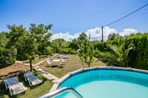 Großzügig geschnittener Poolbereich und Garten