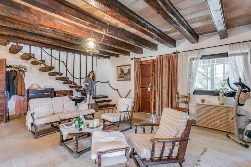 Rustikaler Wohnbereich mit Holzbalkendecke