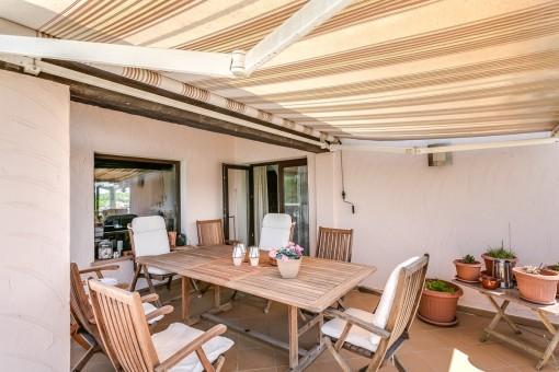 Die Terrasse mit Markise bietet Platz für bis zu 7 Personen