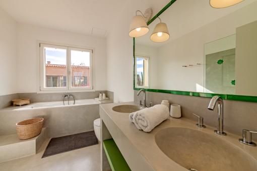 Badezimmer mit Badewanne und Tageslicht