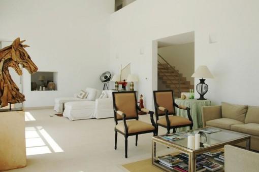 Heller Wohnbereich mit hoher Decker