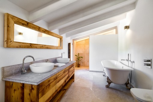 Schönes Badezimmer mit Badewanne und Dusche