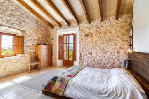 Doppelschlafzimmer mit Natursteinwand