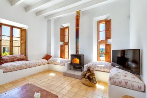 Gemütlicher Loungebereich mit Ofen