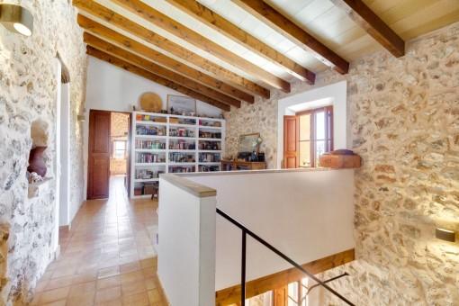 Galerie mit Holzdeckenbalken