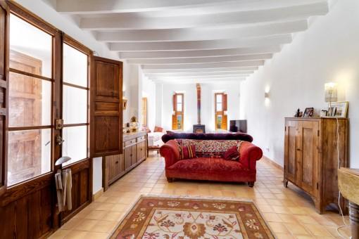 Großzügiger Wohnbereich mit Holzelementen