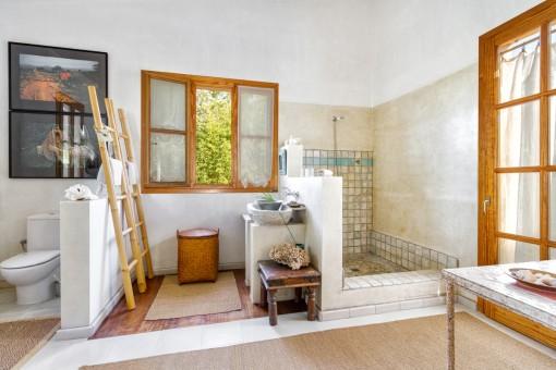 Mit Tageslicht durchflutetes Badezimmer mit Dusche