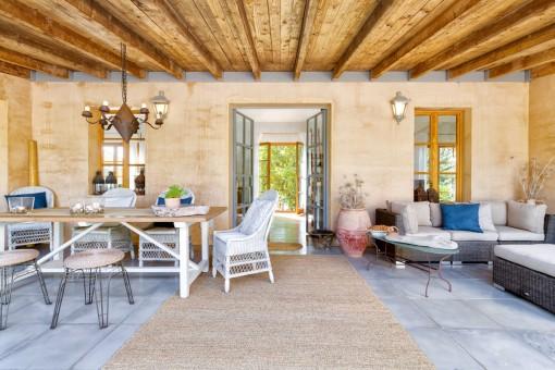 Überdachte Terrasse mit einladendem Loungebereich
